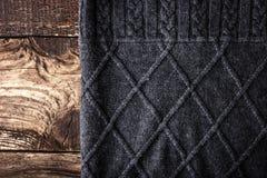 Grå färger figurerade tröjan på träbakgrunden Royaltyfria Foton