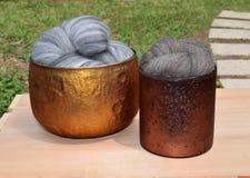 Grå färger nyanserad merino- och bruntfårull Arkivfoton