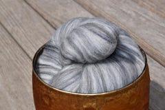 Grå färger nyanserad ull för merinofår Arkivbilder