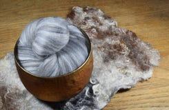 Grå färger nyanserad ull för merinofår Arkivfoton