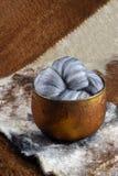 Grå färger nyanserad ull för merinofår Fotografering för Bildbyråer