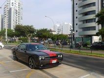 Grå färger och röd Dodge utmanare SRT8 392 Hemi i Lima Royaltyfri Foto
