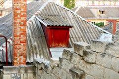 Grå färger taklägger med fönstret av loften Arkivbild