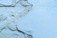 Grå färggrungebakgrund Gammal yttersida med stycken av avdragbar målarfärg och spackel Fotografering för Bildbyråer