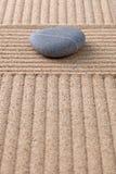 Grå färgpebble på krattad sandlodlinje Royaltyfria Bilder