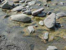 Grå färgstenar på floden royaltyfria foton