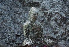 Grå forntida staty av Buddha som snidas från stenen royaltyfri fotografi