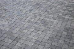 Grå gångbana för granitstentrottoar i trädgårds- garnering royaltyfri fotografi