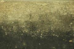Grå grungebakgrund med skrapor och sprickor Hårdna texturerad väggbakgrund, grått mörkt grungekopieringsutrymme royaltyfria bilder