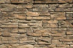 Grå gul vägg av stentegelplattor av olika format och former Textur f?r grov yttersida royaltyfri foto