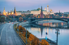 Grå höstmorgon på MoskvaKreml Royaltyfri Foto