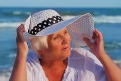 Grå haired kvinna farlig djup solbränna Royaltyfri Bild