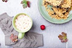 Grå handarbetehandskar, kaka och kopp kaffe med marshmallowen på grå bakgrund Top beskådar kopiera avstånd Handarbetegarn Arkivfoton