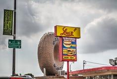 Grå himmel över världen berömda Randy Donuts arkivfoton