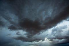 Grå himmel för stormiga moln med dramatiska skuggor Arkivfoto