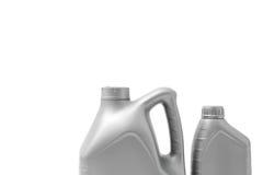 Grå kanister med motorolja som isoleras på vit bakgrund Arkivfoto