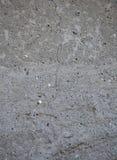 Grå konkret texturbakgrund sprickor skrapor skada Sprucken stenväggbakgrund royaltyfri bild