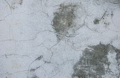 Grå konkret texturbakgrund sprickor skrapor skada Sprucken stenväggbakgrund royaltyfria foton