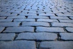 Grå kullersten texturerat golv av den romerska vägen Arkivfoto