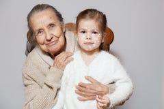 Grå lång haired farmor för Ð-¡ ute i den stack tröjakramsondottern med vattkoppor, vita prickar, blåsor på framsida Begrepp fotografering för bildbyråer