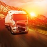 Grå lastbil på huvudvägen Royaltyfria Bilder