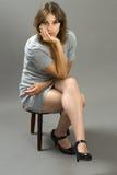 grå latinamerikansk modell för klänningmode Royaltyfri Fotografi