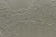 Grå metallisk bakgrund med skalning och knäckt målarfärg arkivfoto