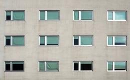 Grå modern byggnadsfasad med nya pvc-fönster Bekläda beskådar royaltyfri fotografi