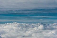 Grå molnräkning som ses från ovannämnd horisont för blå himmel för aginst Royaltyfria Bilder
