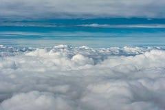 Grå molnräkning som ses från ovannämnd horisont för blå himmel för aginst Royaltyfri Fotografi
