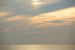 Grå och orange cloudscape Arkivbild