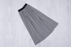 Grå plisserad kjol på träbakgrund trendigt begrepp fotografering för bildbyråer
