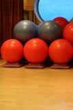 grå röd yoga för bollar arkivbild
