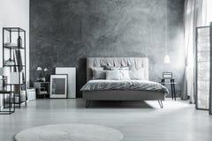 Grå sängkläder och mjuk huvudgavel arkivbild