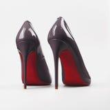 Grå sko för kvinnor för hög häl för kvinnor Arkivbilder