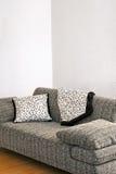 grå sofa Arkivfoto