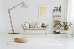 Grå soffa i ljus vardagsrum arkivfoto