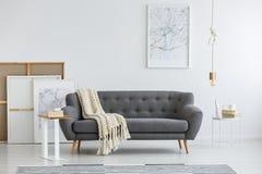 Grå soffa i modernt rum fotografering för bildbyråer