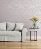 Grå soffa med en purpurfärgad damast victoriantapet royaltyfria foton