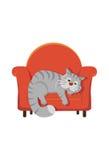 Grå strimmig kattkatt som ligger på en stol Fotografering för Bildbyråer