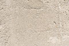 Grå textur av den porösa yttersidan av betongväggen av byggnaden med mindre skador Arkivbilder