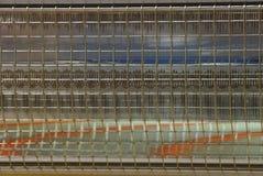 Grå textur av metallgallret och exponeringsglas på värmeapparaten royaltyfri foto