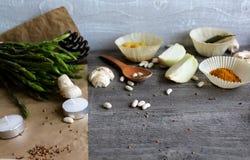 Grå trätabell med grönsaker, lökar, champinjoner, peppar, a Royaltyfri Fotografi