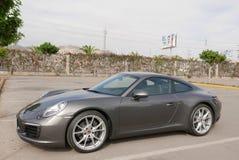 Grå tysk Porsche 911 Carrera som parkeras i Lima Arkivbild