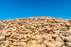 Grå vägg av runda stenar Arkivbilder