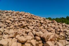 Grå vägg av runda stenar Royaltyfria Foton