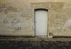 Grå vägg med dörrgrungebakgrund Royaltyfri Bild