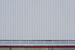 Grå vägg med parallella symmetriska segment Royaltyfria Bilder