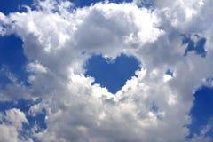Gråa fluffiga oklarheter i den blåa skyen Royaltyfria Foton