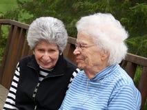 gråa haired två kvinnor Royaltyfria Foton